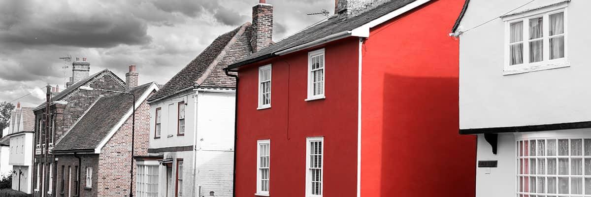 Sanieren: Saniertes Haus in einer Häuserzeile