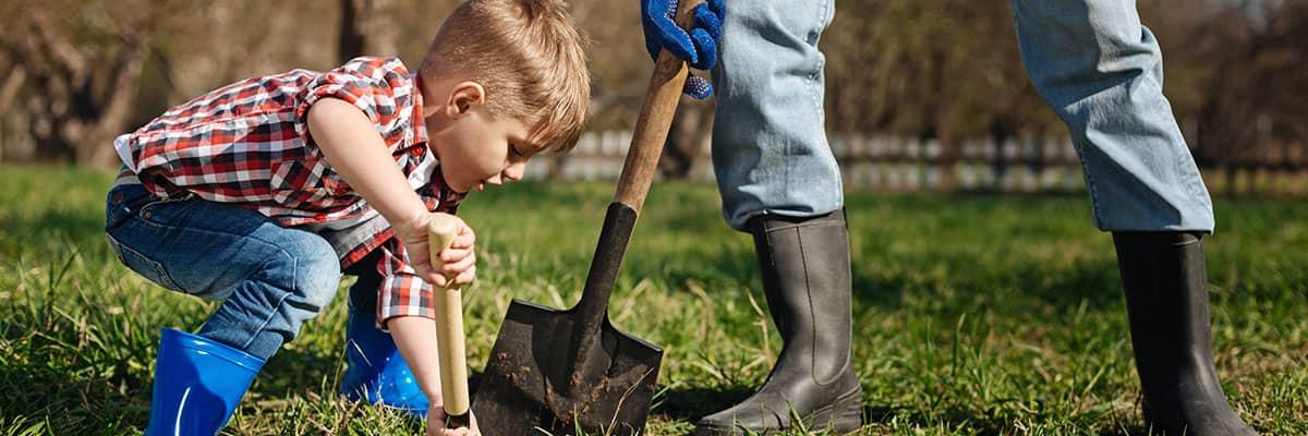 Junge Spaten Garten Hausbau sanieren