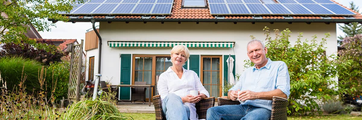 Paar Hausbau Photovoltaik erneuerbare Energie