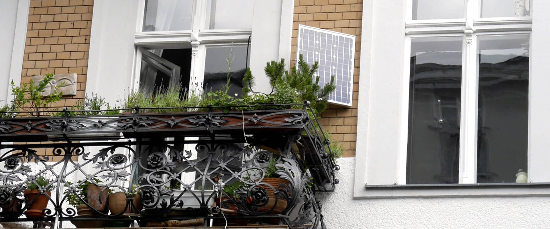 Erneuerbare Energie: Fassade mit Stecker-PV-Gerät
