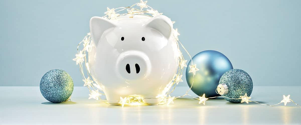 Energieberatung der Verbraucherzentrale: Weihnachtsgrüße mit Sparschwein und Weihnachtskugeln