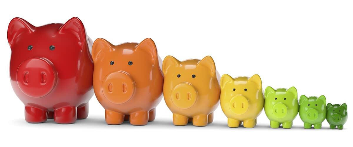 Energie sparen ist Geld sparen: Eine Reihe der Größe nach aufgestellter Sparschweine