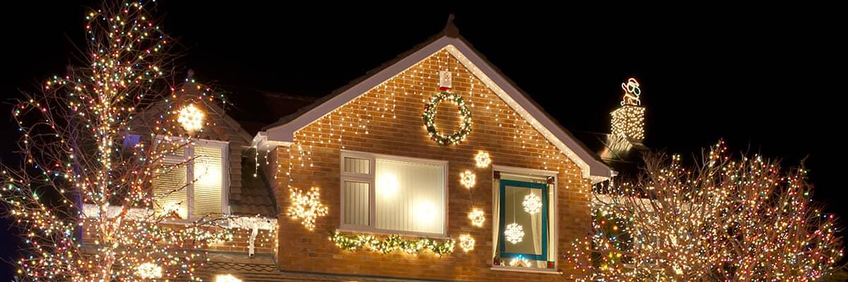 Energie sparen: Haus mit umfangreicher Weihnachtsbeleuchtung