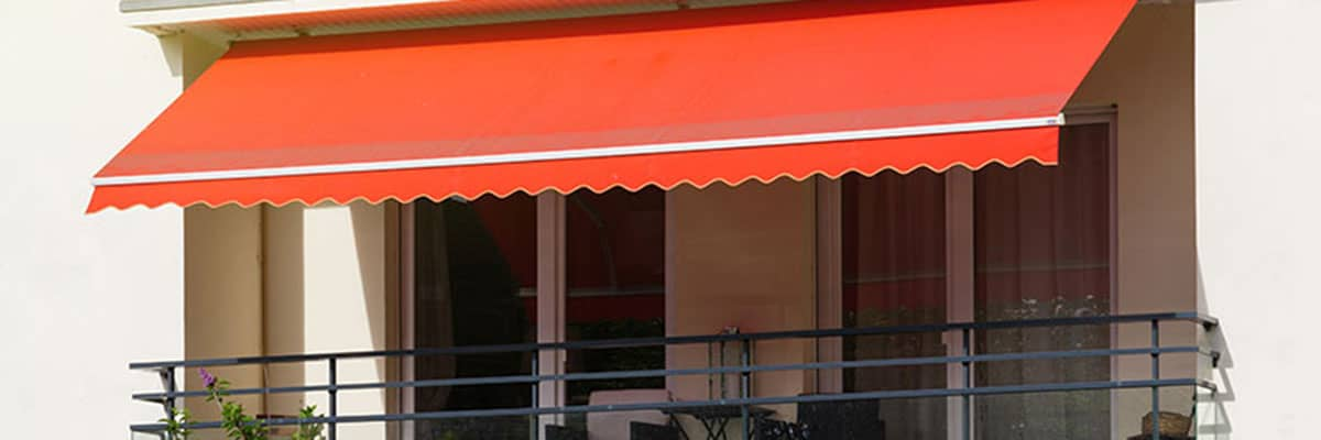 Hitzeschutz: Markise vor Hausfenster