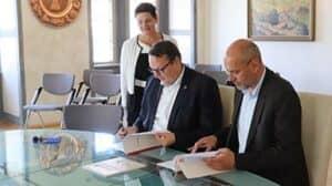 Beate Kretschmer (Bauamt), Heiko Breithaupt (Bürgermeister) und Volkmar Hahn (Geschäftsführer VZSA) unterzeichnen die Kooperationsvereinbarung.