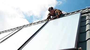 Erneuerbare Energie: Hausdach mit Solarthermie