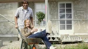Fördermittel: Glückliches Paar auf Hausbau-Baustelle