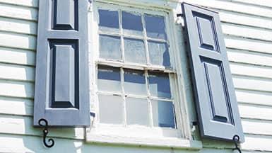 Sanieren - Fenstertausch: sanierungsbedürftiges Holzfenster