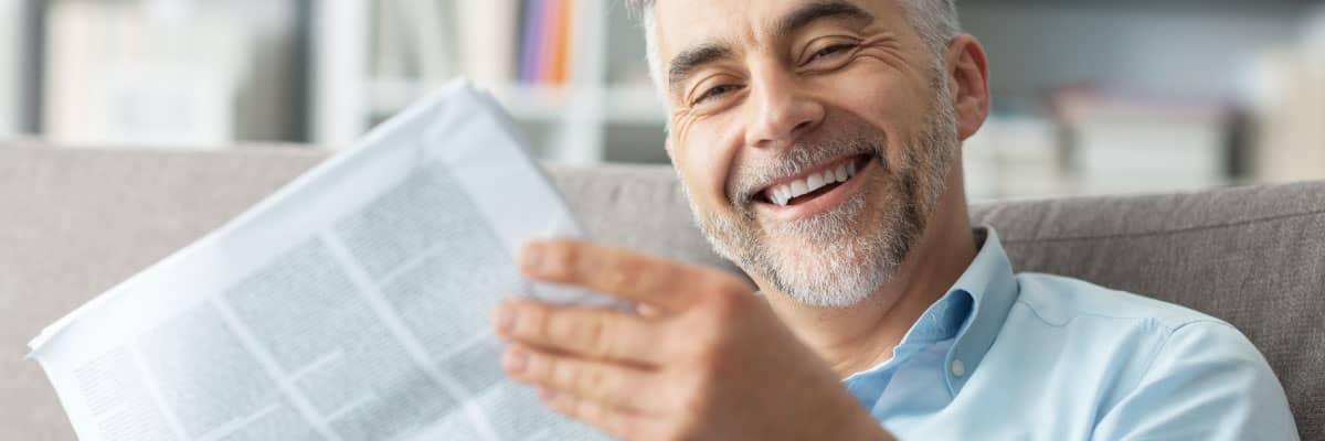 Veröffentlichungen der Energieberatung der Verbraucherzentrale: Mann mit Zeitung