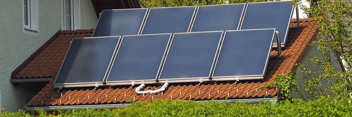 Erneuerbare Energie: Hausdach mit Photovoltaikanlage
