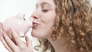 Energie sparen ist Geld sparen: Frau küsst Sparschwein