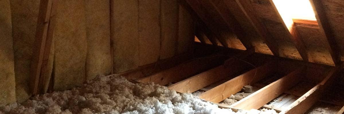 Sicht in einen Dachstuhl der mit dem Dämmstoff Zellulose gedämmt wird.