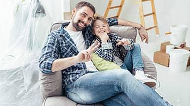 Hausbau: Vater und Sohn dank Fördermittel glücklich auf Baustelle