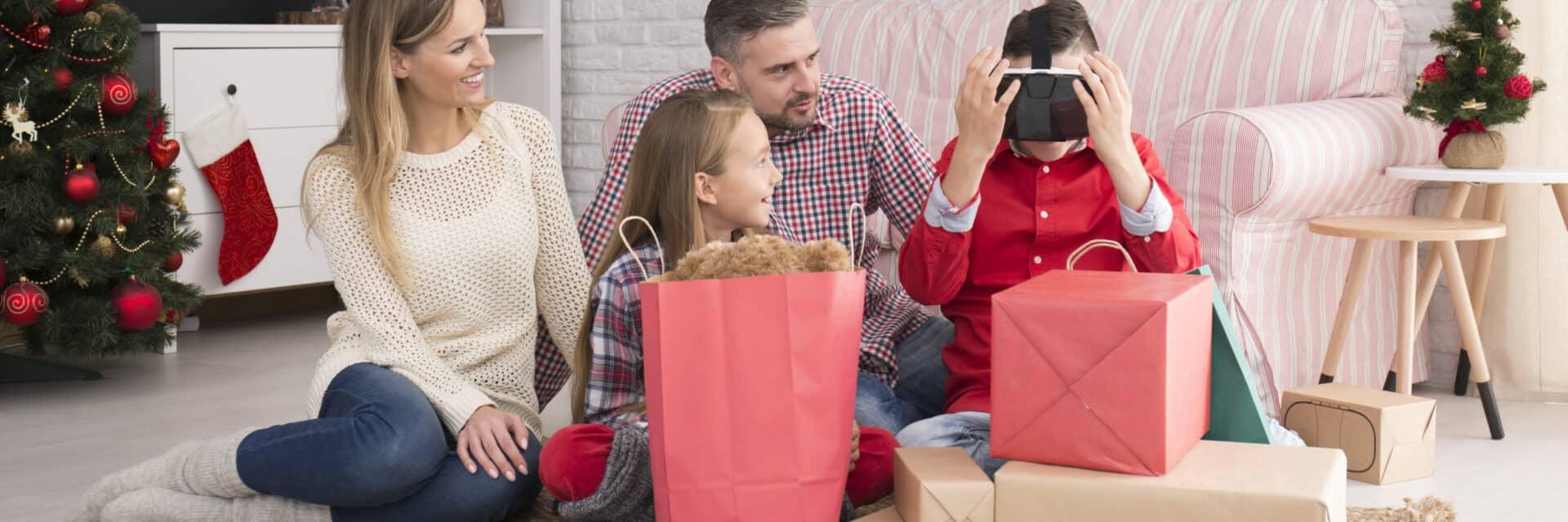 Strom sparen zu Weihnachten: Familie bei der Bescherung
