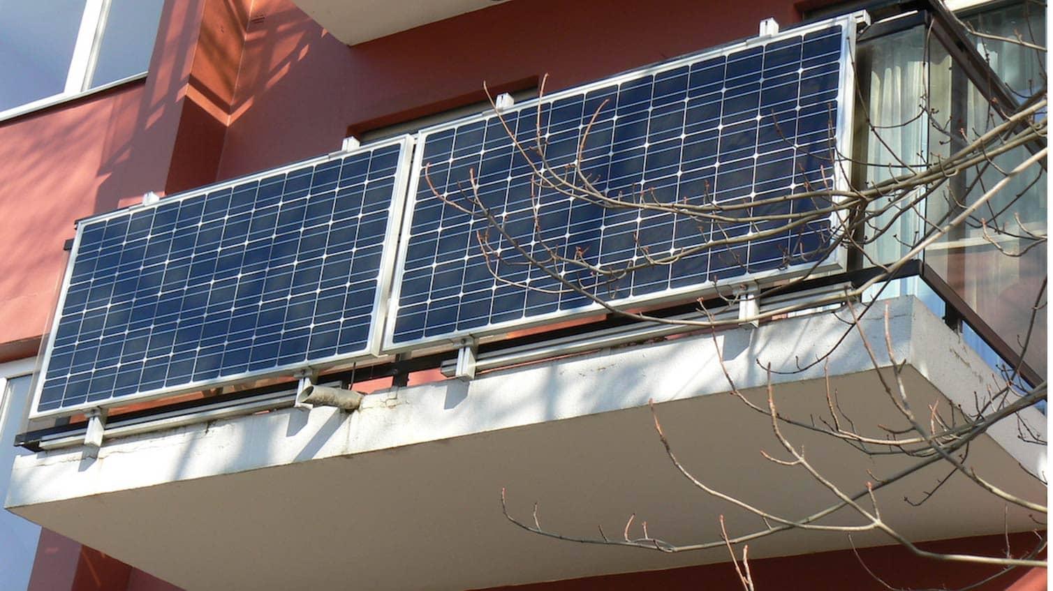 Erneuerbare Energie: Photovoltaikanlage an Hausfassade