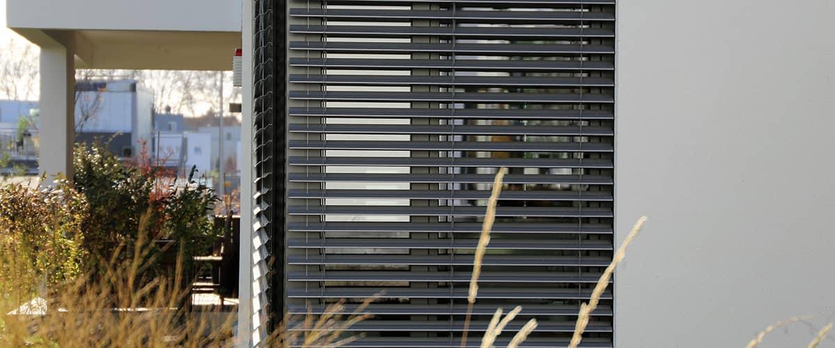 Hitzeschutz: Jalousie schützt Hausfenster vor Sonne