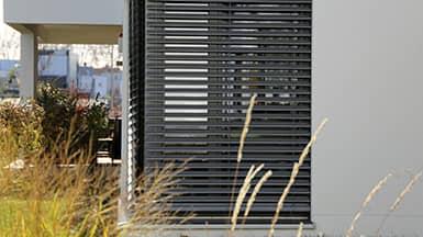 Hitzeschutz: Jalousie vor Hausfenster