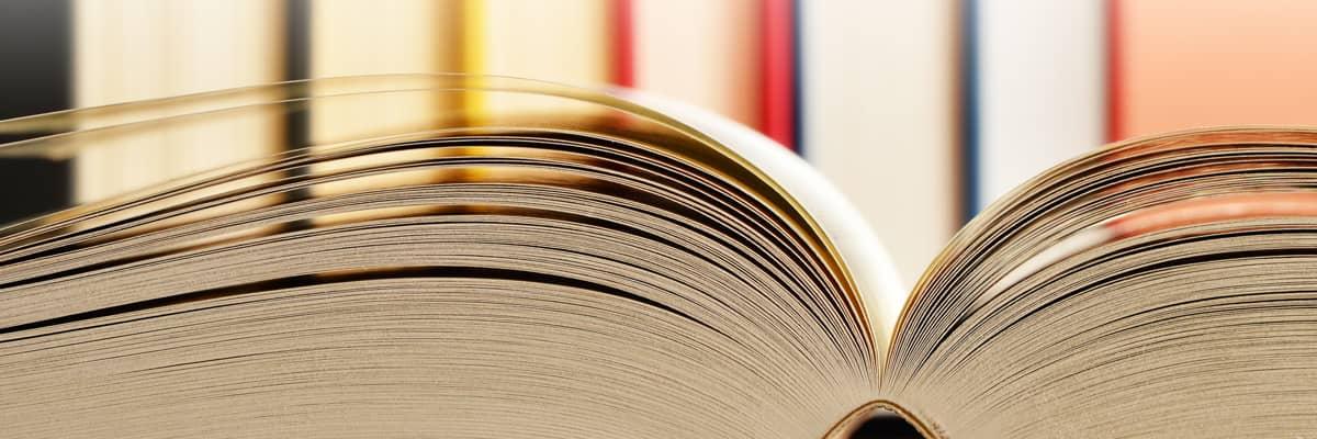 Energie-Glossar: aufgeschlagenes Buch, komplexe Begriffe einfach erklärt