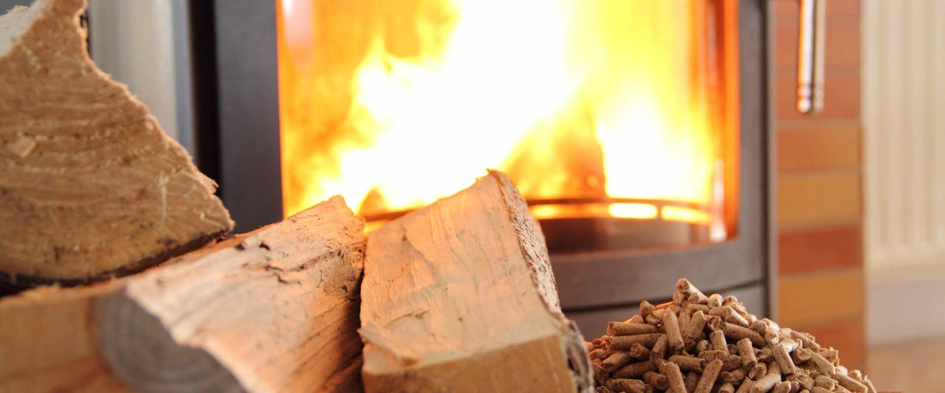 Erneuerbare Energie: Holzofen mit Pellets und Holscheite
