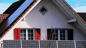 Erneuerbare Energie: Haus mit Photovoltaikanlage an der Fassade