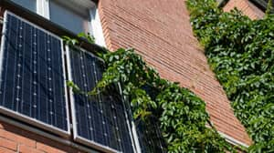 Haus mit Photovoltaikpanel an der Fassade