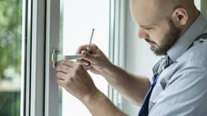 Fenstertausch: Monteur wechselt Fenster