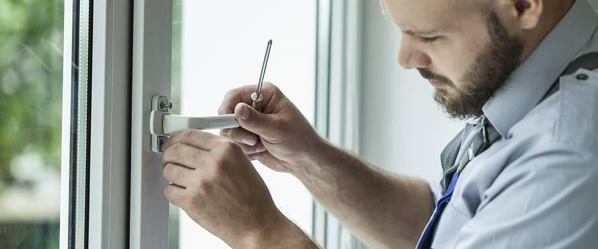 Sanieren - Fenstertausch: Monteur baut neues Fenster ein